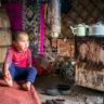 Kirghizistan : près du poêle à bois dans la yourte