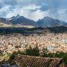 Pérou : Huaraz sous un ciel nébuleux dans la Cordillère Blanche