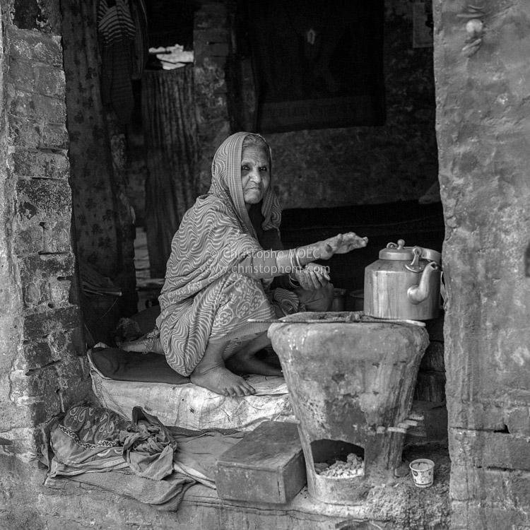 North India: portrait of a piercing-eyes coffee seller in Varanasi