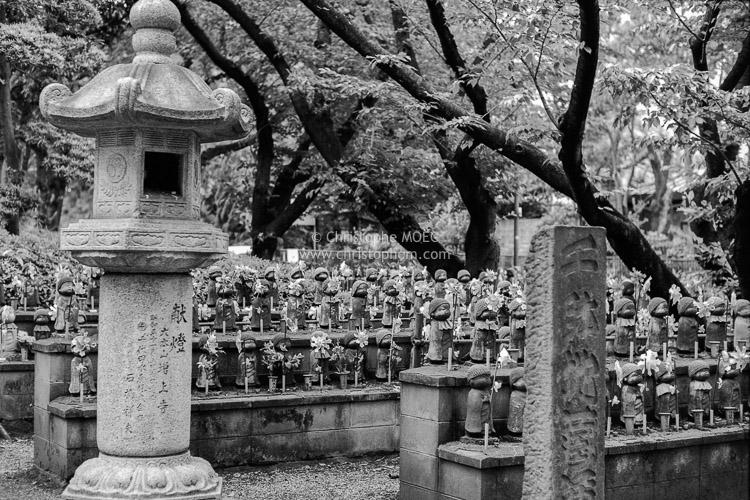 Tokyo : statuettes of the temple Zōjō-ji in Shiba Park