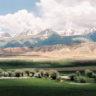 Oasis au milieu des montagnes désertiques d'Asie centrale