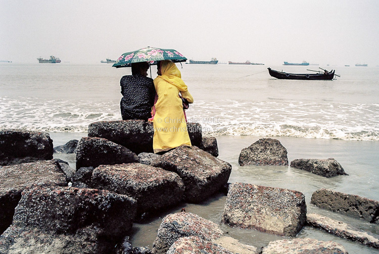 Bangladesh: couple on Patenga Sea Beach