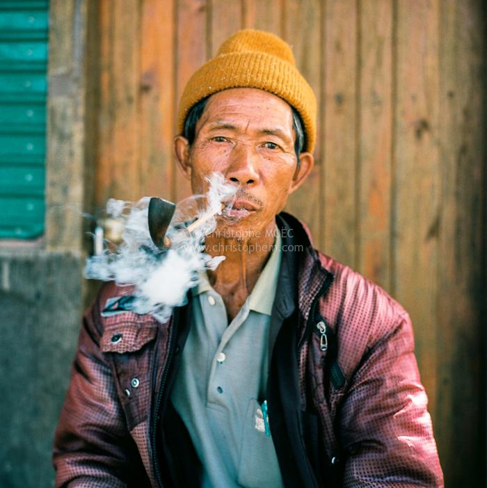 Doi Ang Khang : homme Palaung fumant la pipe