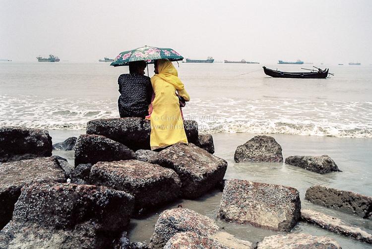 Couple d'amoureux sur la plage de Patenga Sea Beach, à Chittagong (Bangladesh)
